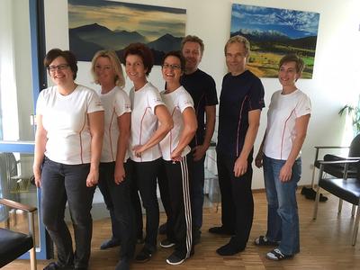 Sieben Elprog-Mitarbeiter in sportlicher Kleidung