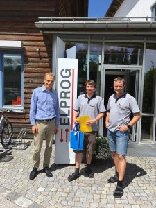 Auszubildender mit Geschäftsführer und technischem Leiter vor Gebäude